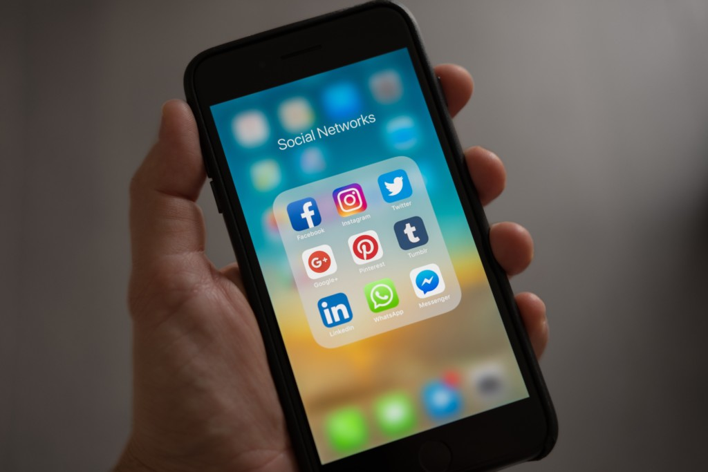 The Perils Of Sharenting >> Social Media Are You Endangering Your Child